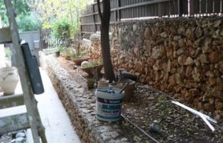 הקמת גינה עם דק עץ על חורבות גינה ישנה בכפר סבא